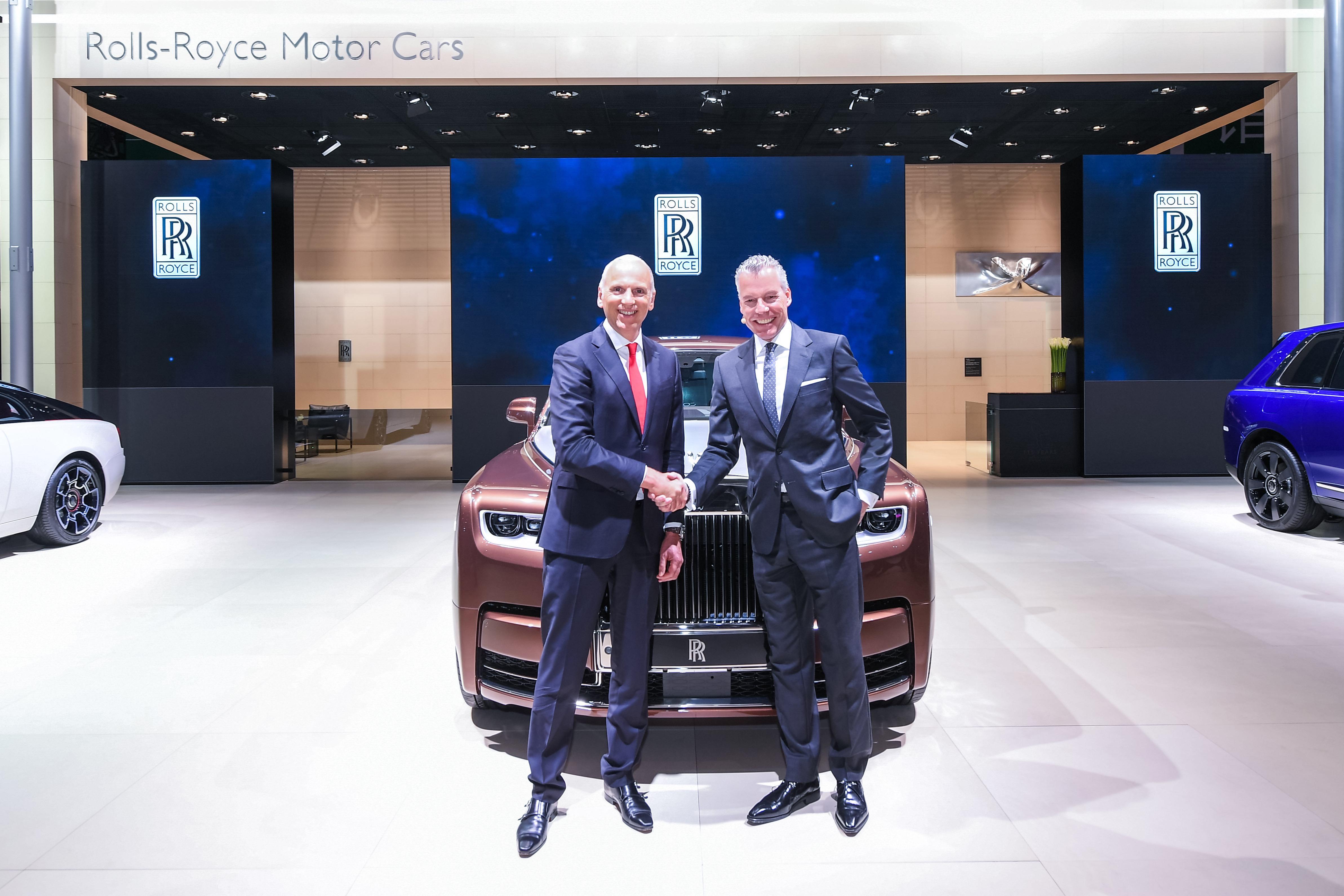 【新闻图片】劳斯劳斯汽车首席执行官托斯顿先生和宝马集团董事、劳斯莱斯汽车新任总裁诺达先生合影